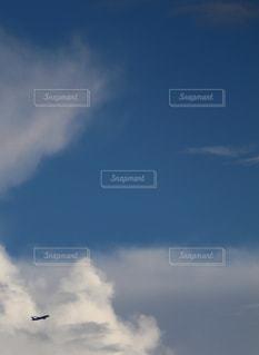 夏空と航空機の写真・画像素材[2320810]