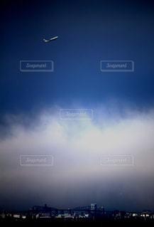 航空機と東京ゲートブリッジの写真・画像素材[2320815]
