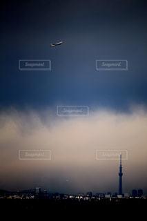 航空機とスカイツリーの写真・画像素材[2320816]