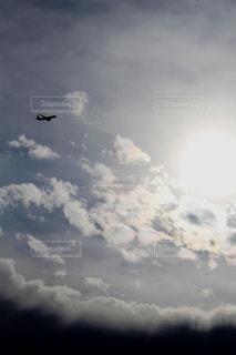 太陽と雲と飛行機の写真・画像素材[2320817]