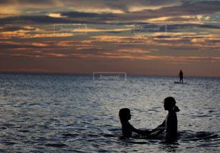 海と姉妹の写真・画像素材[2320853]