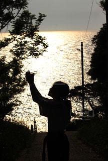 夕陽と少女の写真・画像素材[2322740]