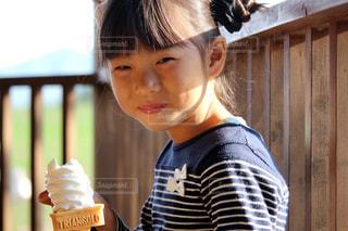 ソフトクリームと女の子の写真・画像素材[2322750]