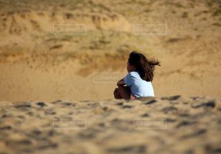 砂丘に座る女の子の写真・画像素材[2322765]