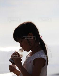 ドリンクを飲む女の子の写真・画像素材[2323571]