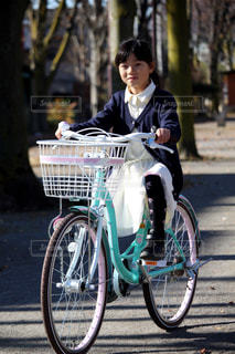 自転車に乗る女の子の写真・画像素材[2323577]