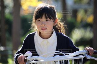 自転車に乗る女の子の写真・画像素材[2323578]