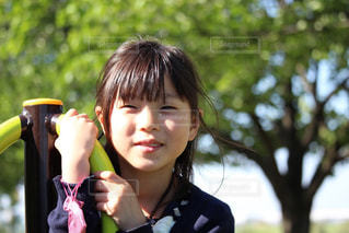 大切なお守りと女の子の写真・画像素材[2323582]