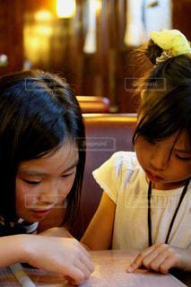 女の子が話し合う光景の写真・画像素材[2323583]