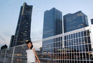 高層ビルと女の子の写真・画像素材[2323584]