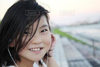 音楽を聴く女の子の写真・画像素材[2323588]