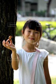 セミのぬけ殻と女の子の写真・画像素材[2323591]