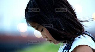 音楽を聴く女の子の写真・画像素材[2323592]