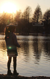 夕暮れの公園と女の子の写真・画像素材[2324894]