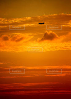 夕暮れの飛行機の写真・画像素材[2324901]