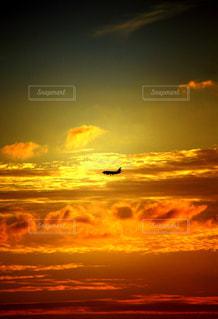夕暮れと飛行機の写真・画像素材[2324906]