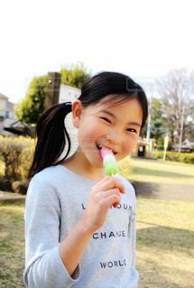 お団子を食べる女の子の写真・画像素材[2325422]