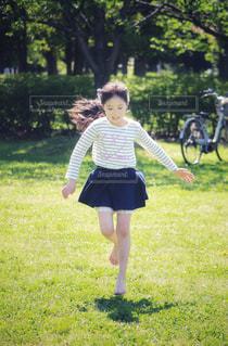 公園で遊ぶ女の子の写真・画像素材[2325433]