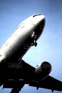 着陸前の飛行機の写真・画像素材[2326594]