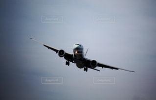 着陸態勢の飛行機の写真・画像素材[2326595]