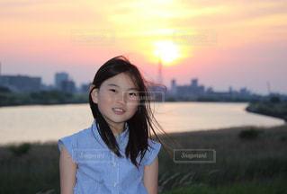 夕日と女の子の写真・画像素材[2326598]