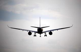 着陸態勢の飛行機の写真・画像素材[2326614]