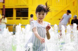 水遊びをする女の子の写真・画像素材[2329469]
