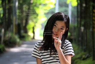 林の中の女の子の写真・画像素材[2329474]