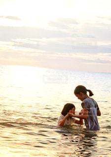 夏の海と姉妹の写真・画像素材[2331870]