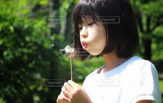 たんぽぽと女の子の写真・画像素材[2333450]