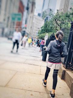ニューヨークを歩く女の子の写真・画像素材[2345300]