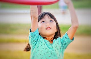 遊具に挑戦する女の子の写真・画像素材[2351198]