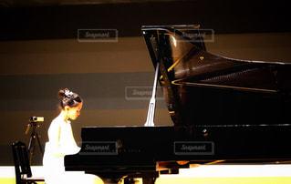 ピアノと女の子の写真・画像素材[2351203]