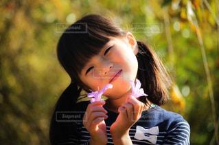 花を持つ女の子の写真・画像素材[2353056]