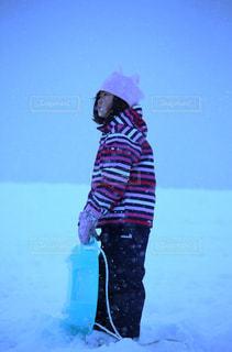 雪の中に立つ女の子の写真・画像素材[2354101]