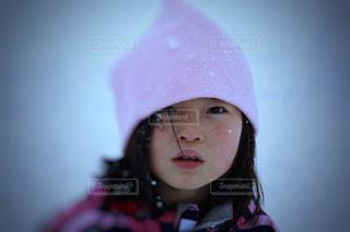 雪の中の女の子の写真・画像素材[2354102]