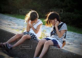 音楽を聴く姉妹の写真・画像素材[2358586]