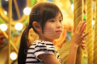 メリーゴーランドにのる女の子の写真・画像素材[2358587]