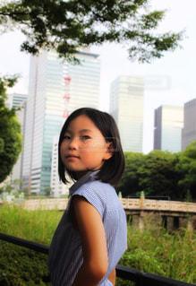 都会と女の子の写真・画像素材[2358914]