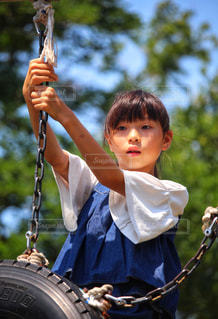 遊具で遊ぶ女の子の写真・画像素材[2370674]