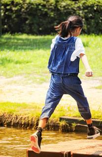公園で遊ぶ女の子の後ろ姿の写真・画像素材[2370680]