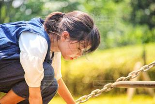 遊具で遊ぶ女の子の写真・画像素材[2370683]