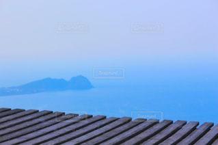 高台から眺める海の写真・画像素材[2381875]