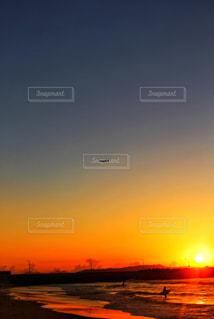 夕日と飛行機とサーファーの写真・画像素材[2443642]