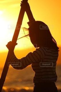 夕陽と少女の写真・画像素材[2642200]