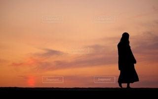 夕焼けと少女の写真・画像素材[2684875]