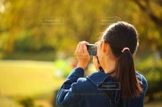 写真を撮る女の子の写真・画像素材[2710613]
