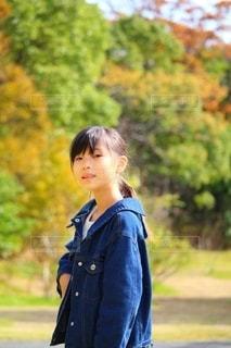 秋の公園と女の子の写真・画像素材[2710616]