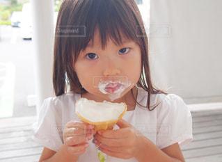 小さな女の子とソフトクリームの写真・画像素材[2986942]