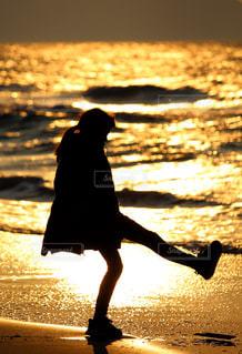 女の子のシルエットの写真・画像素材[3024101]